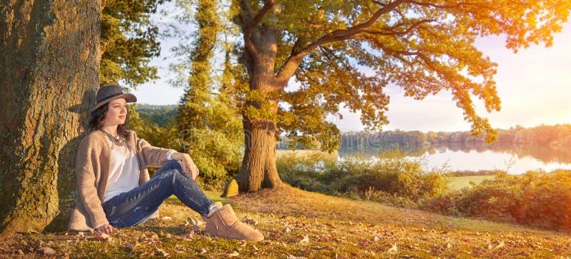 Den unga härliga modellen i hösten parkerar arkivfoton