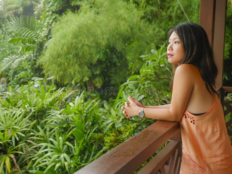 Den unga härliga och lyckliga asiatiska kinesiska kvinnan som tycker om i feriesemesterort på ris, terrasserar glatt att le tycka royaltyfria foton
