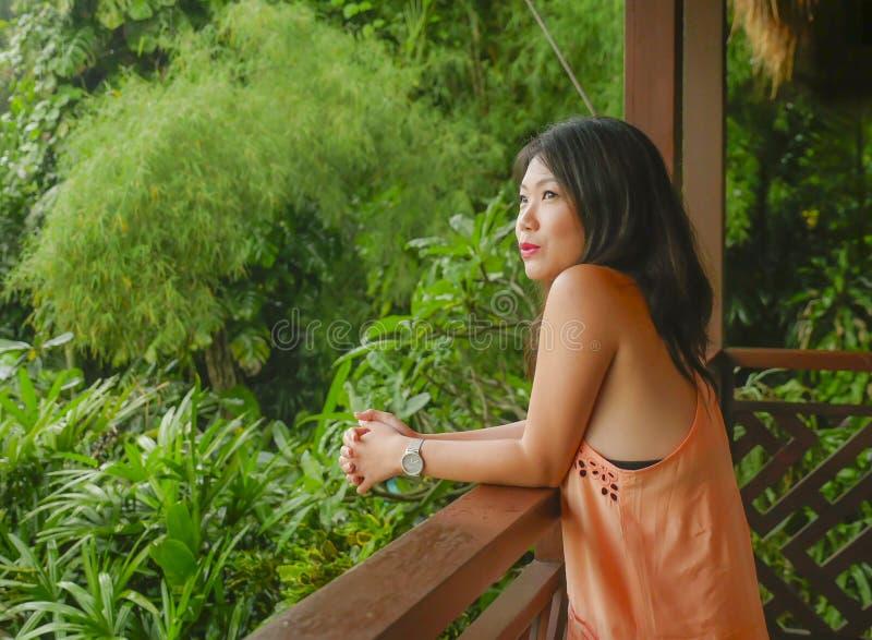 Den unga härliga och lyckliga asiatiska kinesiska kvinnan som tycker om i feriesemesterort på ris, terrasserar glatt att le tycka arkivbild