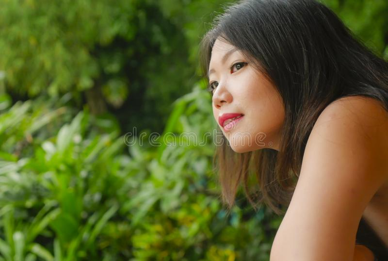 Den unga härliga och lyckliga asiatiska kinesiska kvinnan som tycker om i feriesemesterort på ris, terrasserar glatt att le tycka royaltyfri foto
