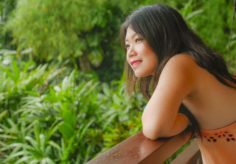 Den unga härliga och lyckliga asiatiska koreanska kvinnan som tycker om i feriesemesterort på ris, terrasserar glatt att le tycka royaltyfri bild
