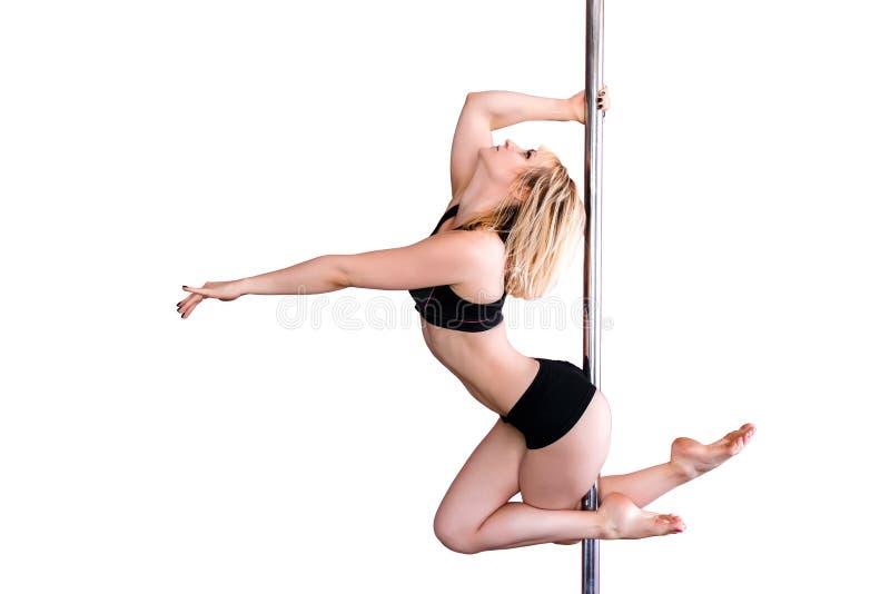 Den unga idrotts- blonda flickan som gör styrka, övar på en pylon royaltyfria foton