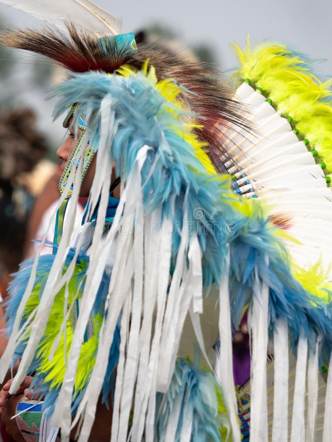 Den unga indianpowen överraskar dansaren med huvudbonaden royaltyfri bild