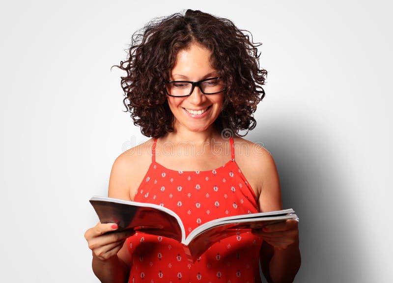 Den unga kvinnan är läs- arkivbilder