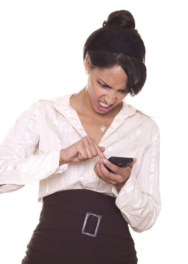 Den unga kvinnan är mycket ilsken med henne telefonen. arkivbilder