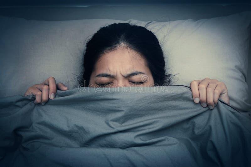 Den unga kvinnan önskar inte att höra ljudet från ringklockor arkivbilder