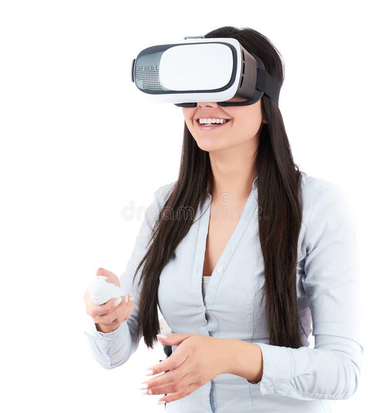Den unga kvinnan använder VR-hörlurar med mikrofon på vit bakgrund royaltyfri bild