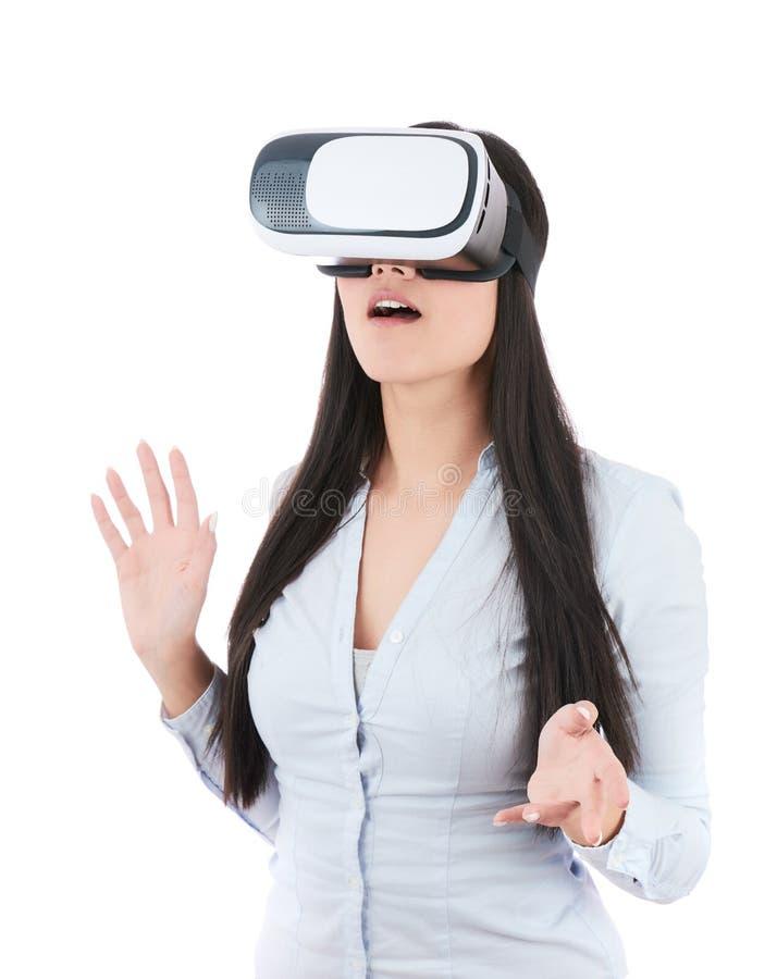 Den unga kvinnan använder VR-hörlurar med mikrofon på vit bakgrund royaltyfri foto