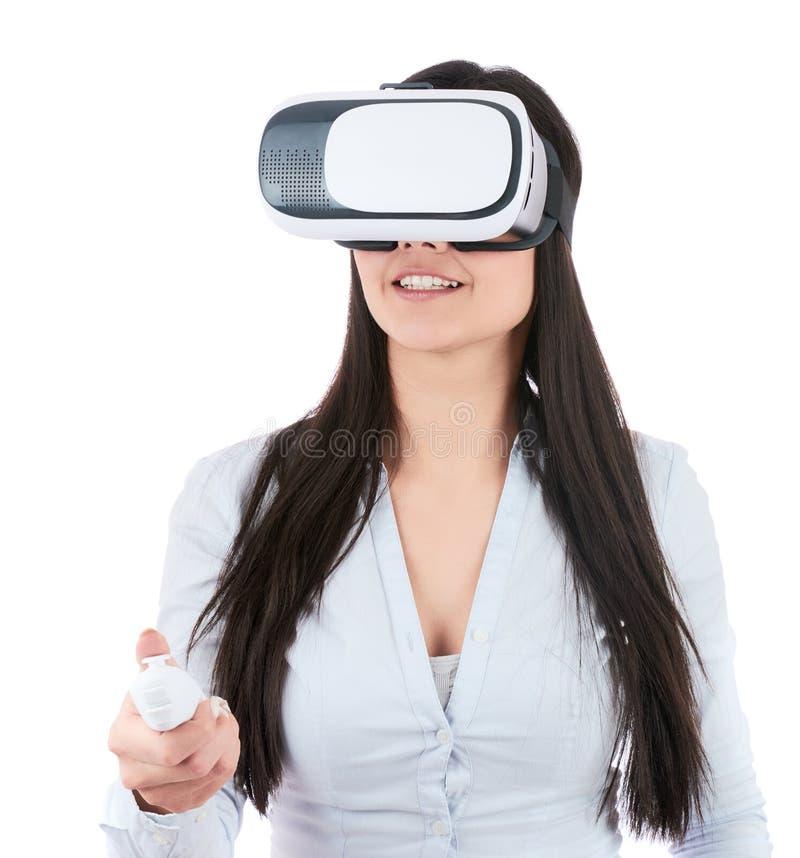 Den unga kvinnan använder VR-hörlurar med mikrofon på vit bakgrund royaltyfri fotografi