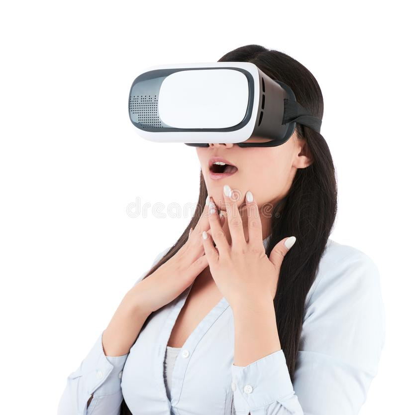 Den unga kvinnan använder VR-hörlurar med mikrofon på vit bakgrund arkivbild