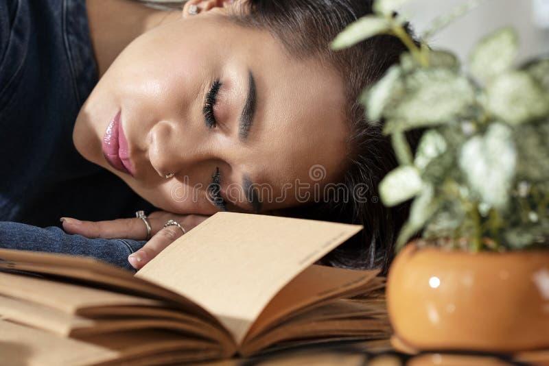 Den unga kvinnan avverkar sovande royaltyfri bild