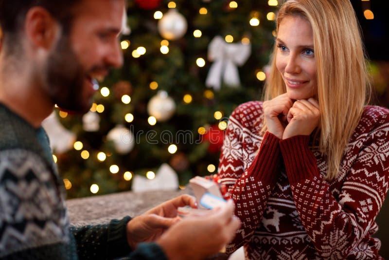 Den unga kvinnan förvånar mannen med graviditetstestet i julgåva arkivbilder