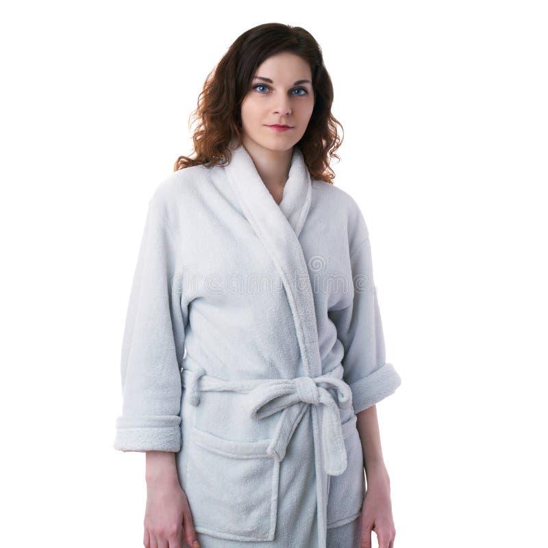 Den unga kvinnan i badämbetsdräkt över vit isolerade bakgrund arkivbild