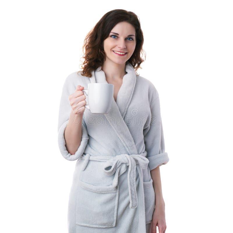 Den unga kvinnan i badämbetsdräkt över vit isolerade bakgrund royaltyfri foto