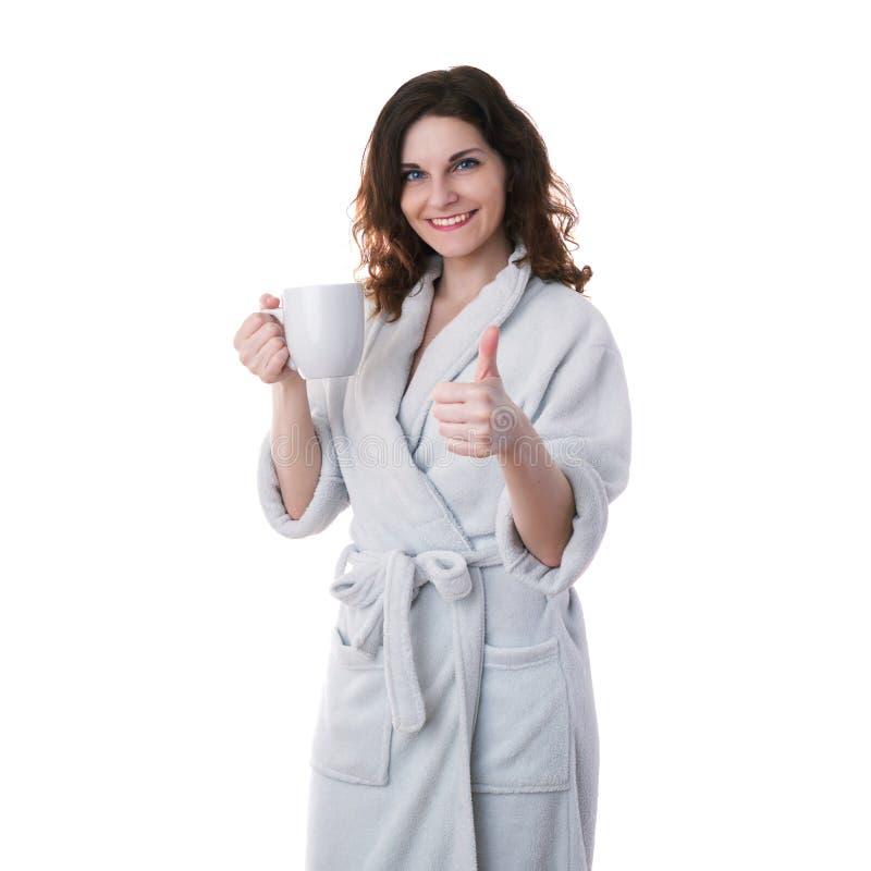 Den unga kvinnan i badämbetsdräkt över vit isolerade bakgrund royaltyfri fotografi