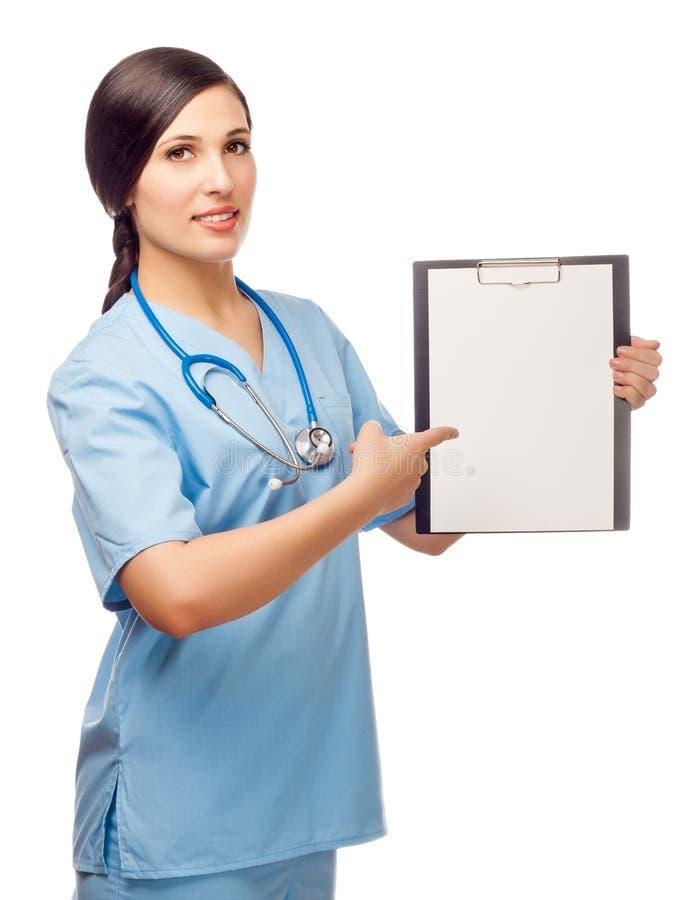 Den unga kvinnan i läkarundersökning passar stativ med mappen royaltyfria bilder