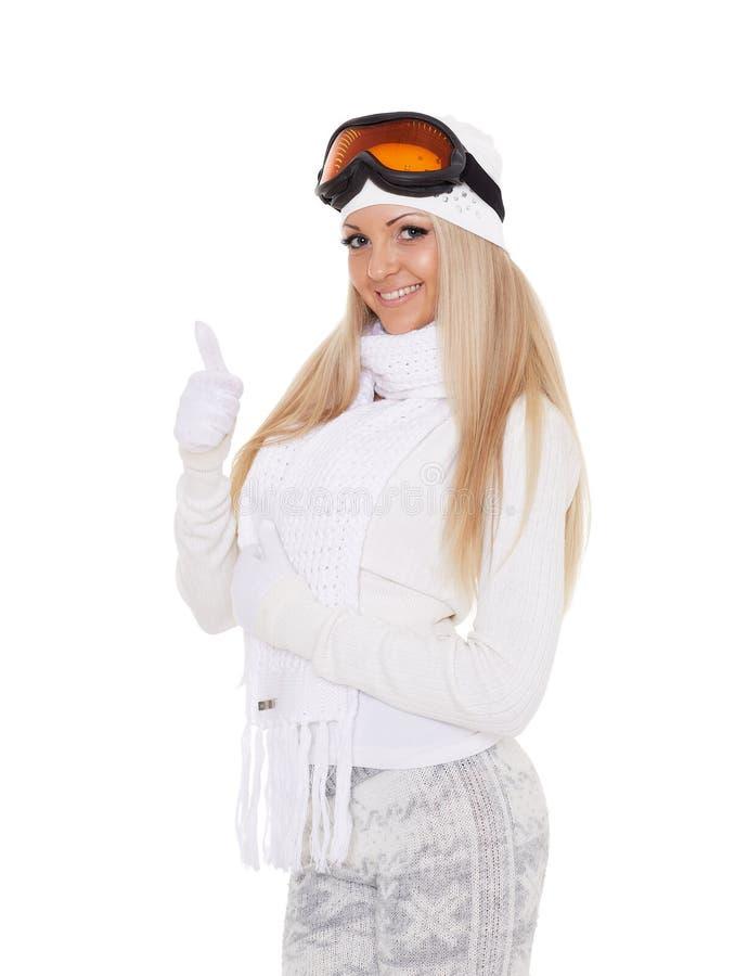 Den unga kvinnan i varm kläder för vinter och skidar exponeringsglas fotografering för bildbyråer