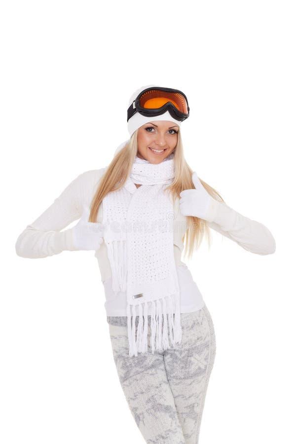 Den unga kvinnan i varm kläder för vinter och skidar exponeringsglas royaltyfria foton
