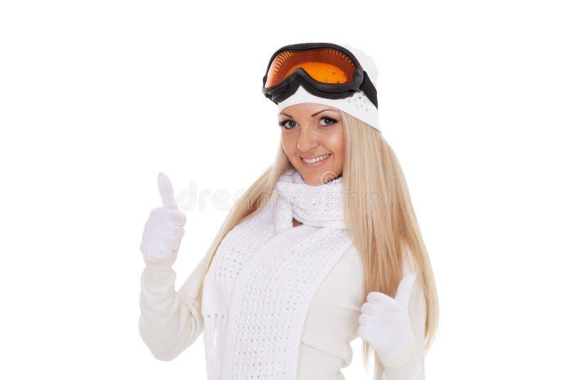 Den unga kvinnan i varm kläder för vinter och skidar exponeringsglas arkivbild