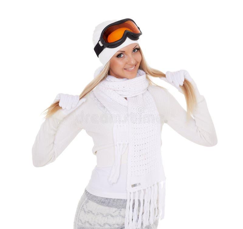 Den unga kvinnan i varm kläder för vinter och skidar exponeringsglas arkivfoto