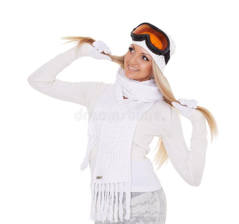 Den unga kvinnan i varm kläder för vinter och skidar exponeringsglas royaltyfri fotografi