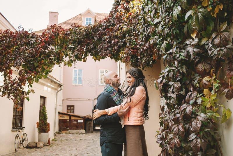 Den unga kvinnan kramar hennes pojkvän i staden royaltyfri foto