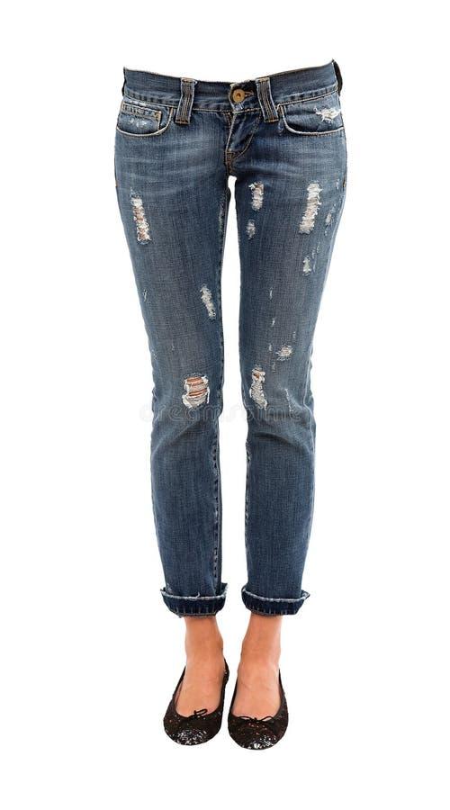 Den unga kvinnan lägger benen på ryggen i sliten jeans och sequinsballerinas arkivfoton