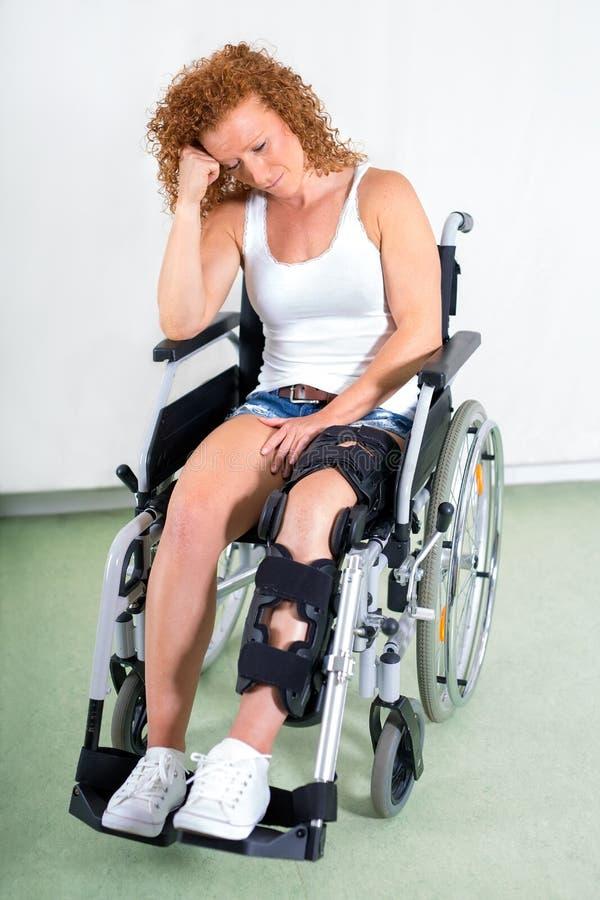 Den unga kvinnan lider från knäskada arkivfoton