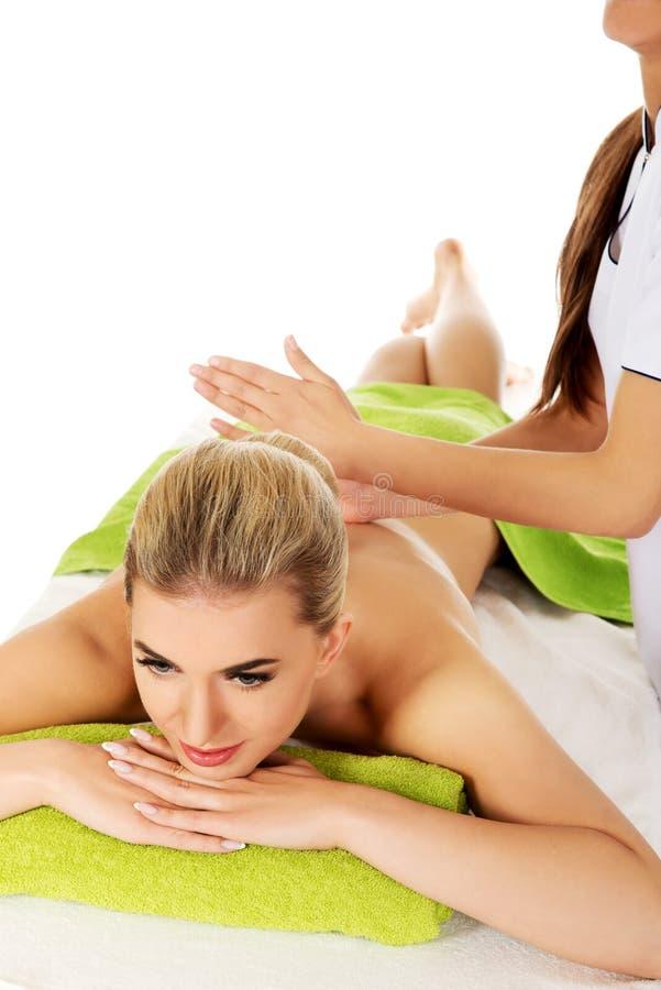 Den unga kvinnan masseras arkivfoton