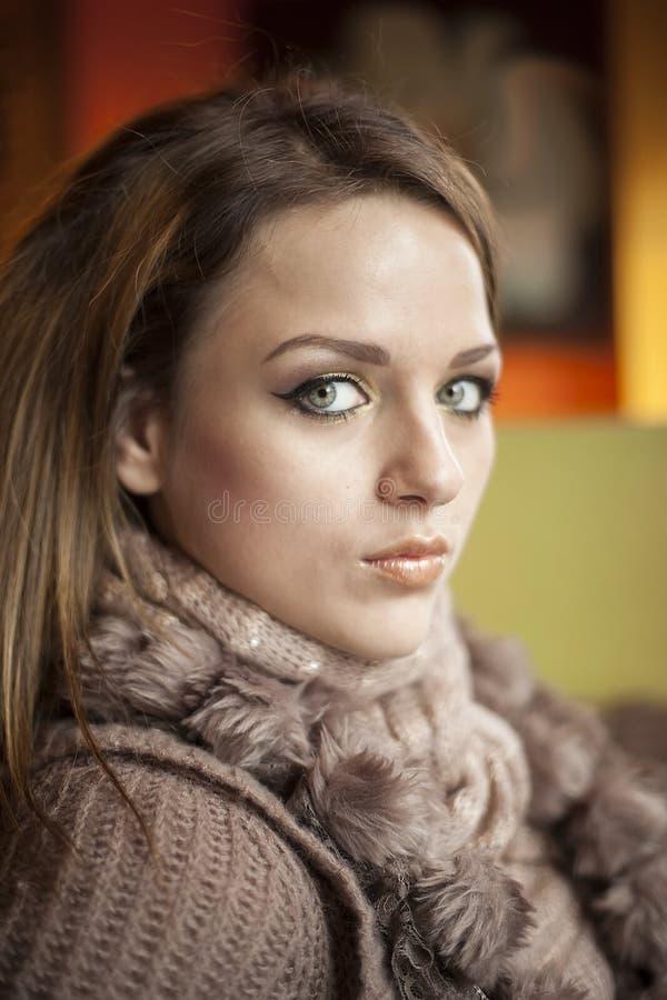 Den unga kvinnan med härliga blått synar royaltyfria bilder