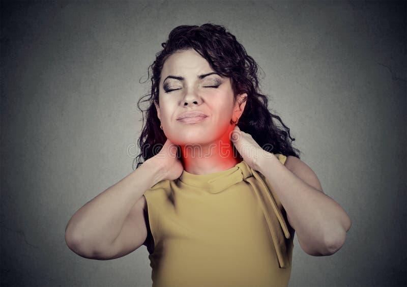 Den unga kvinnan med halsen smärtar royaltyfri bild