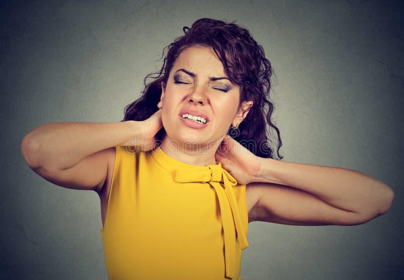 Den unga kvinnan med halsen smärtar fotografering för bildbyråer