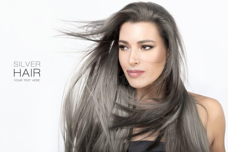 Den unga kvinnan med lång moderiktig silver tonade hår arkivfoto