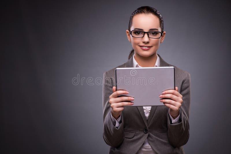 Den unga kvinnan med minnestavlan i affärsidé fotografering för bildbyråer