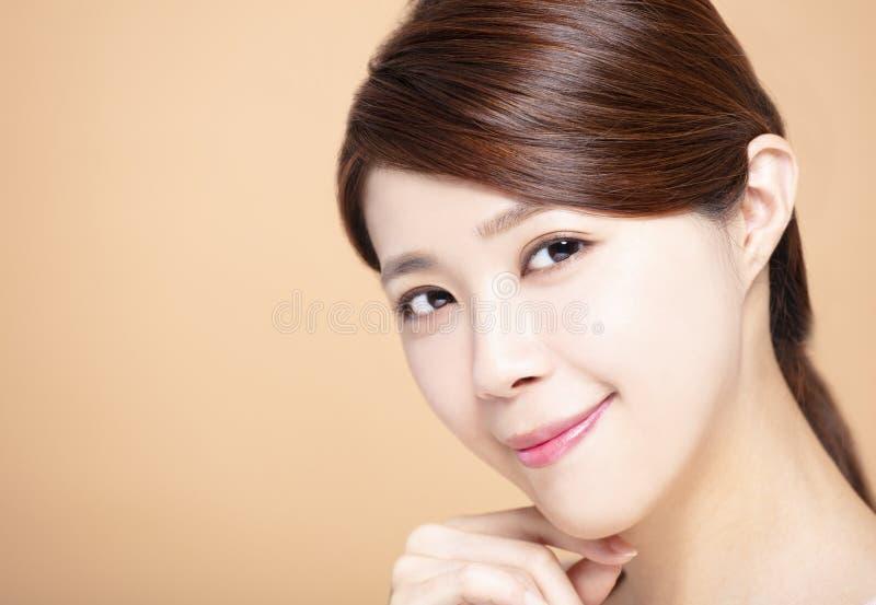 Den unga kvinnan med naturlig makeup och rengöringen flår royaltyfria foton