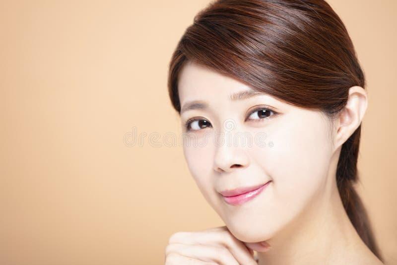 Den unga kvinnan med naturlig makeup och rengöringen flår arkivfoto