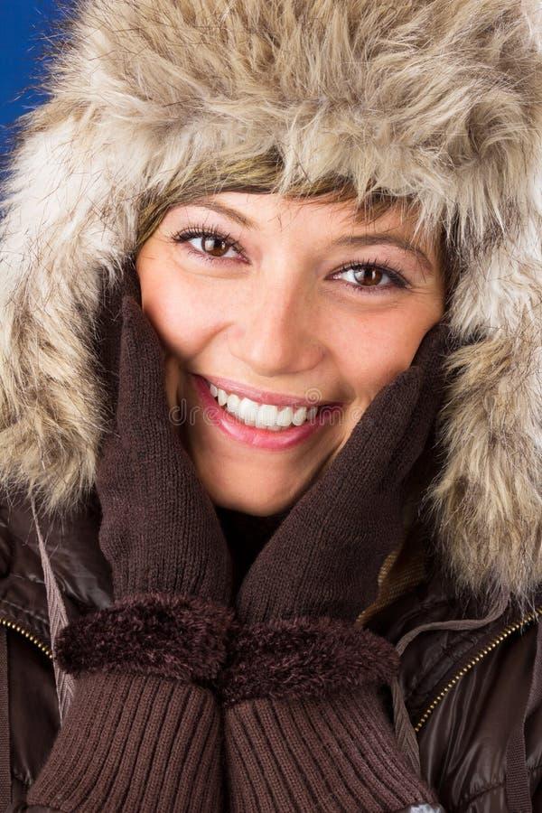 Den unga kvinnan med pälshatten och handskar skrattar royaltyfria foton