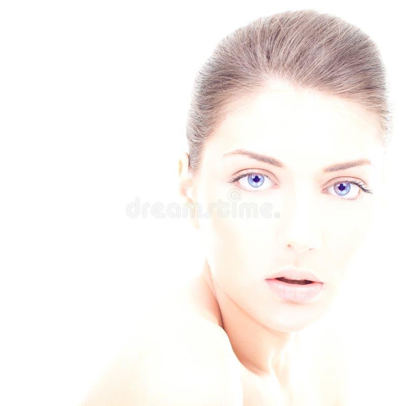 Den unga kvinnan med rengöring vänder mot, och blått synar royaltyfri foto
