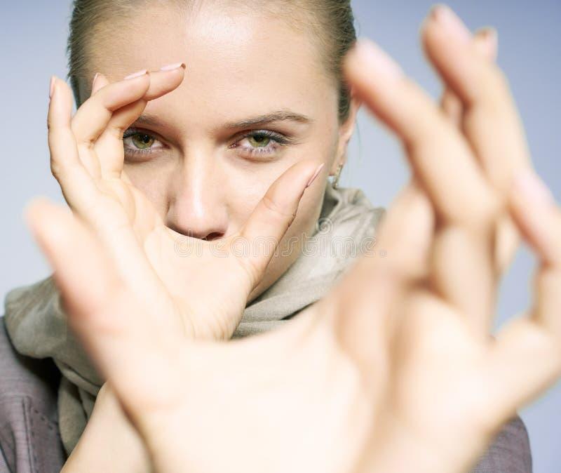Den unga kvinnan observerar fotografering för bildbyråer