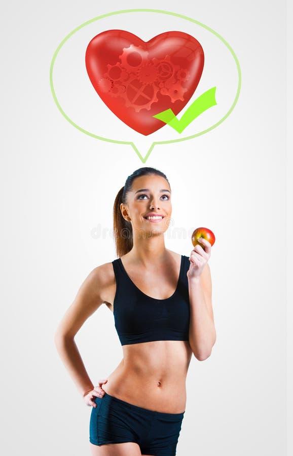 Den unga kvinnan på sunt bantar för en sund hjärta och förkroppsligar arkivbilder