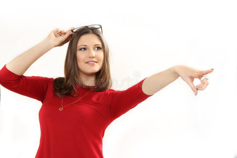 Den unga kvinnan pekar ett finger royaltyfri foto
