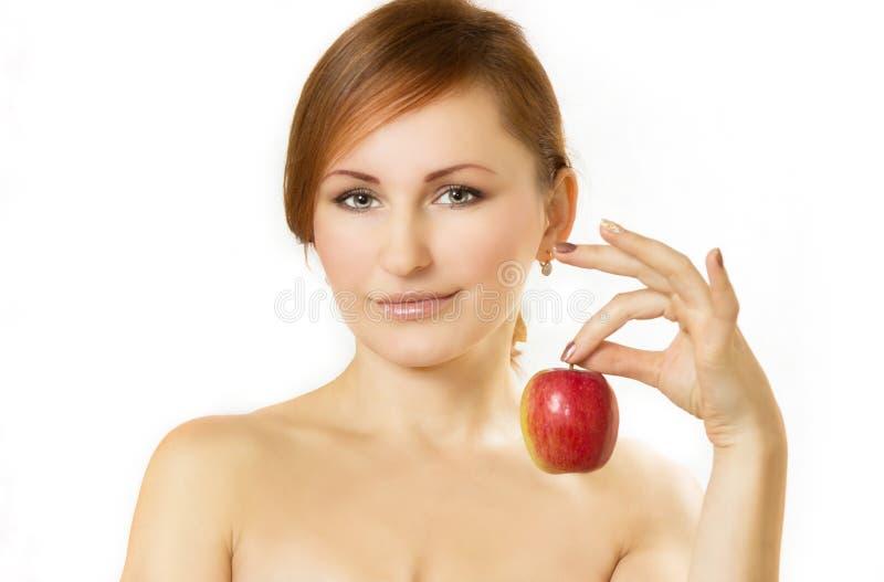 Den unga kvinnan rymmer äpplet i hand arkivbild