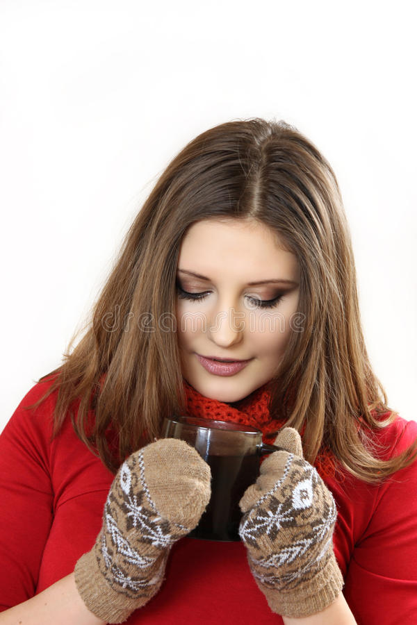 Den unga kvinnan rymmer en kopp i hand arkivfoton