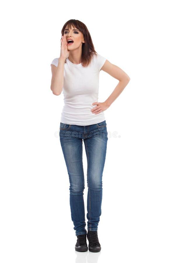Den unga kvinnan ser bort och att rymma handen på Chin And Shouting royaltyfri fotografi