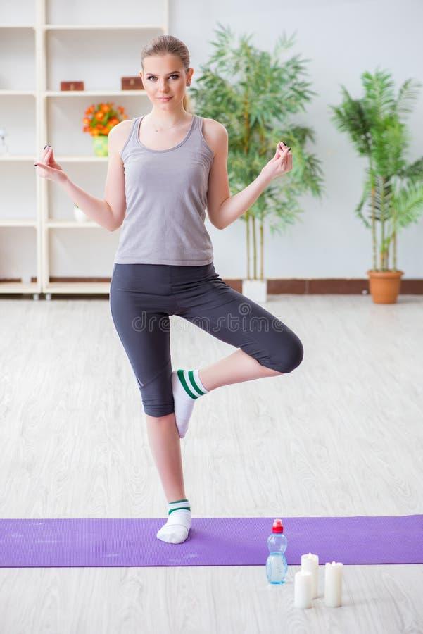 Den unga kvinnan som övar i sportkorridor i sunt begrepp royaltyfri foto