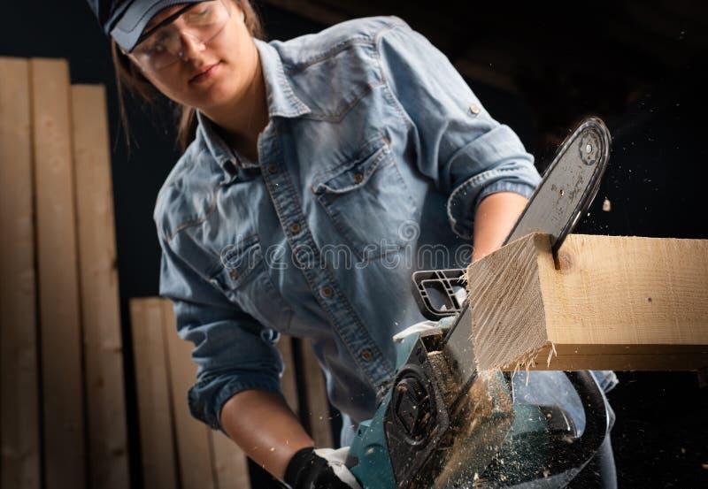 Den unga kvinnan som använder modern elkraft, såg i seminariet fotografering för bildbyråer