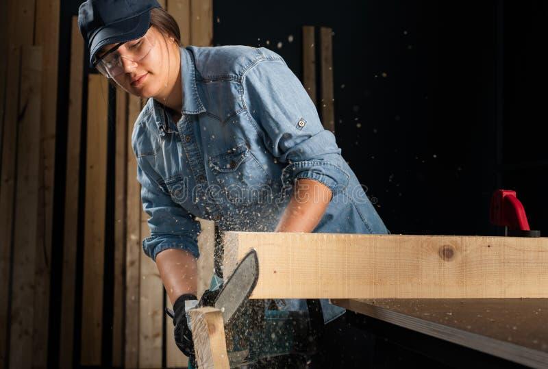 Den unga kvinnan som använder modern elkraft, såg i seminariet arkivfoto