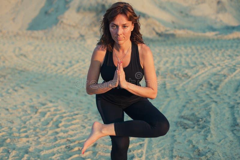 den unga kvinnan som gör en lagd benen på ryggen satt yoga, poserar fotografering för bildbyråer