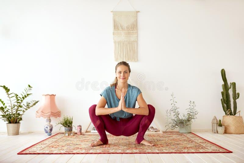 Den unga kvinnan som gör girlanden, poserar på yogastudion royaltyfri bild