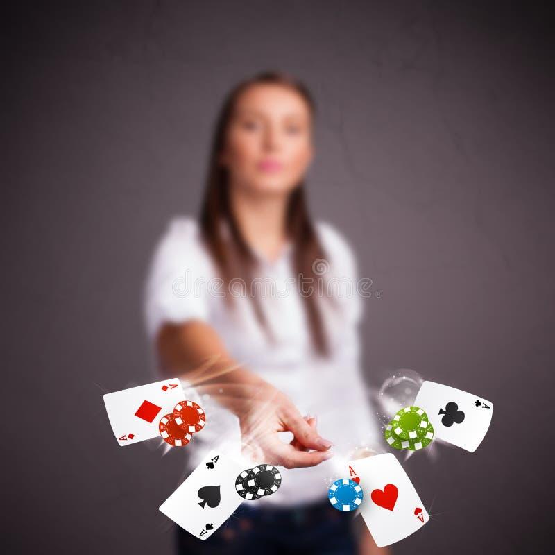 Den unga kvinnan som spelar med poker, cards och gå i flisor royaltyfri foto